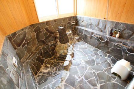 天然石をあしらったバスルーム