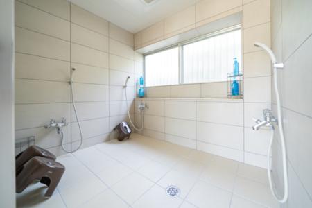 バスルームはシャワーが3本!!