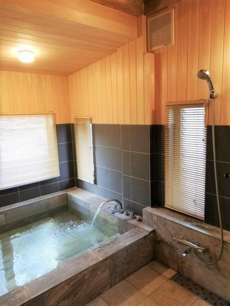 天然温泉を広い浴室で