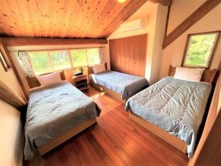 ベッドは2台、他はお布団敷きの施設です