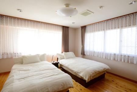 2F寝室2セミダブルベッド
