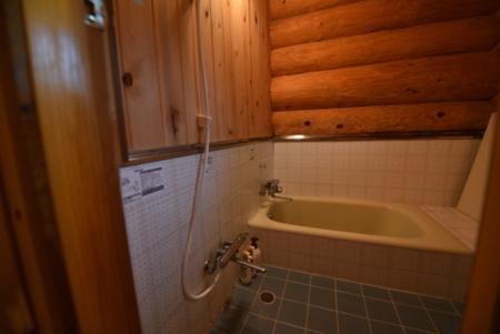 窓もあるログのお風呂