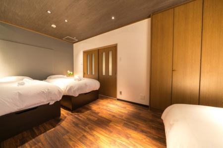 1階寝室A(シングル×2、クイーン×1)