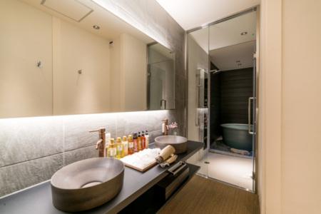 1階洗面、シャワーブース、半露天風呂