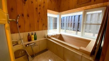 檜の浴槽(天然温泉)