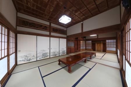 和室は大勢でのお食事にも寝室にも。