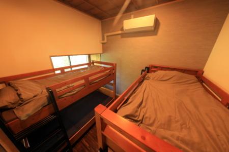 2段ベッドが2台あるベッドルーム