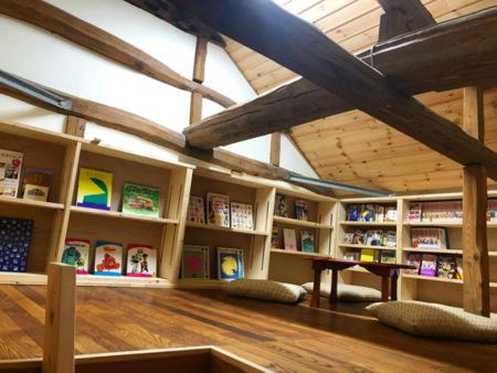 屋根裏には秘密の図書空間があります。
