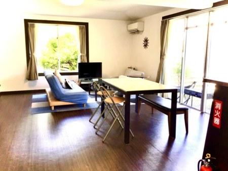 1階リビング ソファー×2 テーブル×1