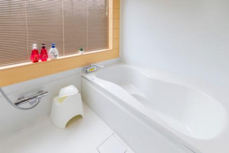 広々としたバスタブのある浴室