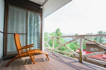 広いテラスで富士山を眺めながら過ごす贅沢