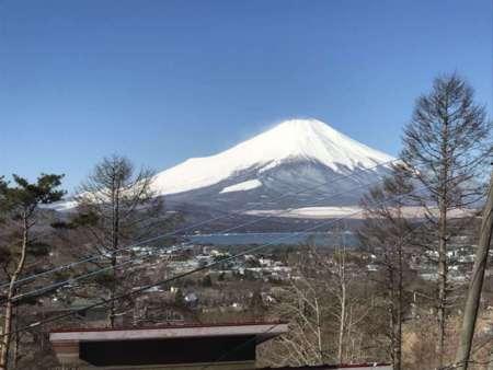 窓からの富士山と山中湖。晴れた日は最高