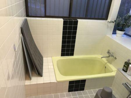 レモンイエローのお風呂。アメニティあり。