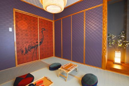 襖絵や電灯が特徴の和室