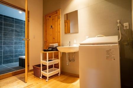 浴室更衣室、乾燥機付き洗濯機があります。