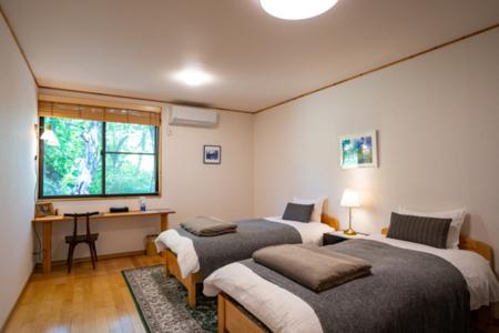 洋室は2部屋、各部屋3名の宿泊が可能。