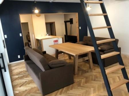ロフト付き15畳のリビングルーム