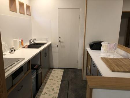 キッチンには必要な器具、食器類が完備