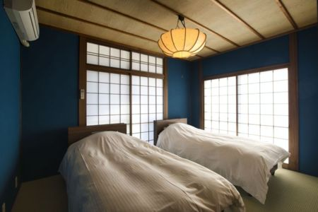 和室の寝室。ベッド2台。