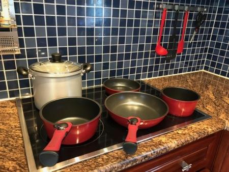 調理器具、食器類一式、子ども用食器あり