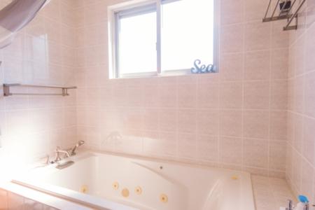 お風呂も外国仕様で広々