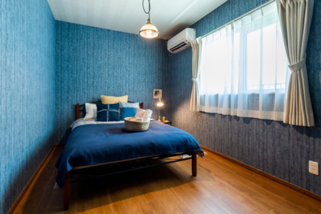寝室2、ブルーの落ち着いた色味です