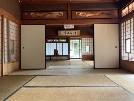 玄関から入ってすぐの和室2間続きです。