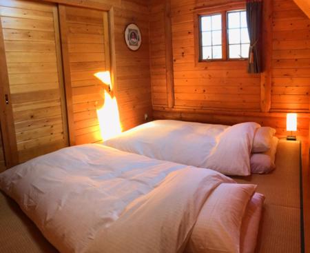 12㎡の寝室。フランスベッド羽毛寝具