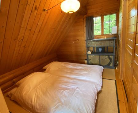 10.5㎡の寝室。天窓から空が見えます