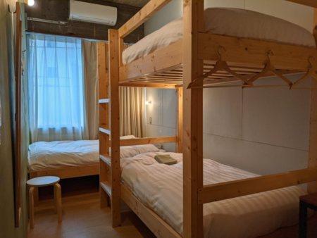 シングルベッドと2段ベッドの3名用部屋