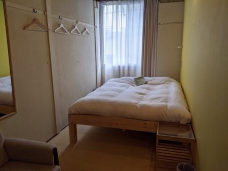ダブルベッド1台のお部屋。