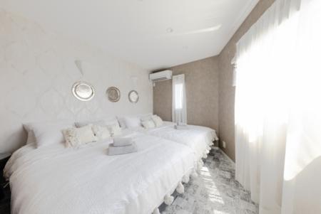 白を基調としたバスルーム付きベッドルーム