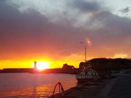 近隣にある勝山港に沈む夕日も綺麗です。