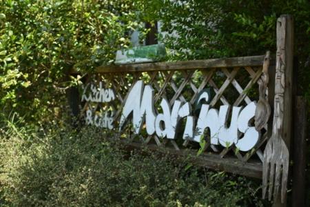 お向かいに、レストランマリヌスがあります