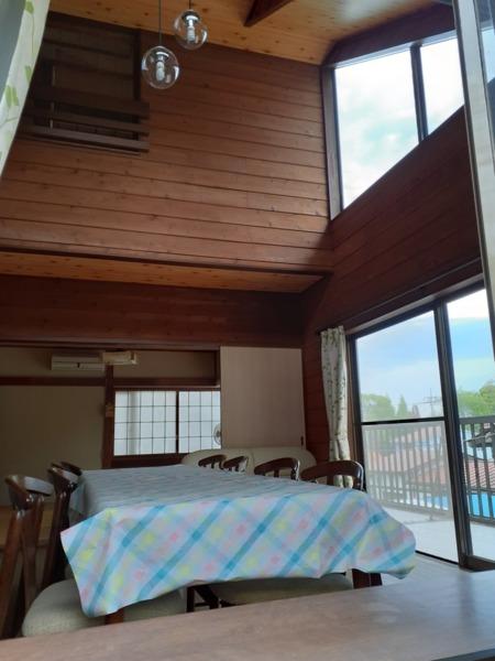 リビングと奥に8帖の和室があります。