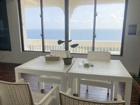 テラスで海を眺めながらの食事
