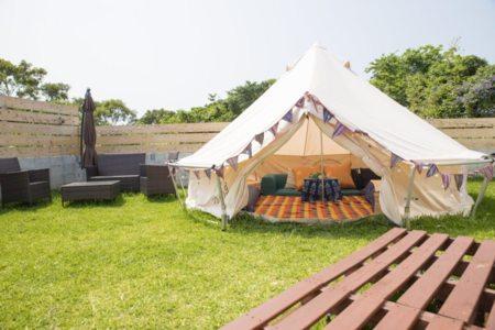 庭にテント3つがございます