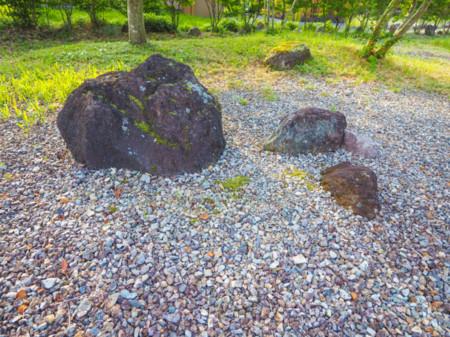 敷き詰められた石