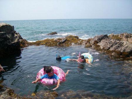 目の前のビーチ沖合にある「プール岩」